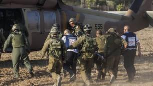 نقل جندي إسرائيلي بواسطة مروحية من منطقة قريبة من الحدود الإسرائيلية مع قطاع غزة، 28 يوليو، 2014. (Yonatan Sindel/Flash90)