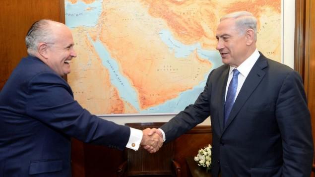 رئيس الوزراء بينيامين نتنياهو (من اليمين) يلتقي برئيس بلدية نيويورك الأسبق، رودولف 'رودي' جولياني، في مكتب رئيس الوزراء في القدس، 1 فبراير، 2015. (Kobi Gideon/GPO)