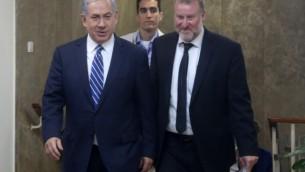 رئيس الوزراء بينيامين نتنياهو، مع سكرتير الحكومة حينذاك والنائب العام حاليا أفيخاي ماندلبليت، 26 مايو، 2015. (Marc Israel Sellem/Pool/Flash90)