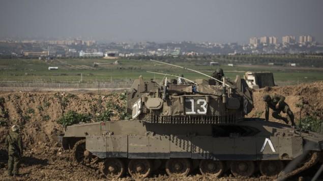 جنود إسرائيليون على الحدود مع غزة، بالقرب من كيبوتس نير عام، جنوبي إسرائيل، 13 يناير، 2016. (Hadas Parush/Flash90)