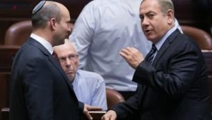 رئيس الوزراء بينيامين نتنياهو (من اليمين) يتحدث مع وزير التعليم نفتالي بينيت في الكنيست، 5 ديسمبرن 2016. (Yonatan Sindel/Flash90)