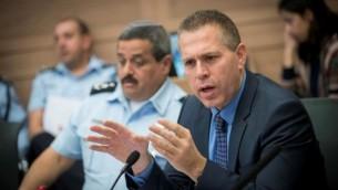وزير الأمن العام غلعاد إردان خلال مشاركته في جلسة للجنة الشؤون الداخلية في الكنيست في 12 ديسمبر، 2016. (Yonatan Sindel/Flash90)