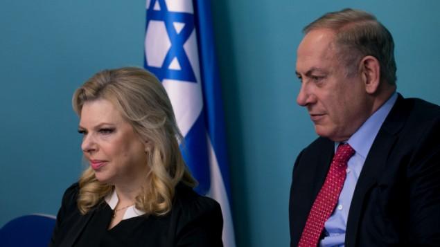 رئيس الوزراء بنيامين نتنياهو وزوجته ساره في مكتبه بالقدس، 21 ديسمبر 2016 (Ohad Zweigenberg/Pool)