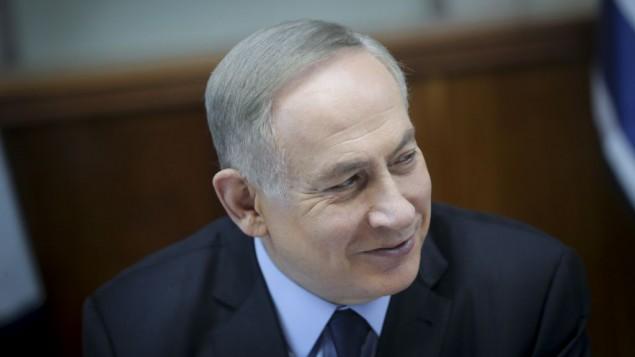 رئيس الوزراء بنيامين نتنياهو يقود الجلسة الاسبوعية للحكومة في مكتب رئيس الوزراء في القدس، 1 يناير 2017 (Alex Kolomoisky/Pool)