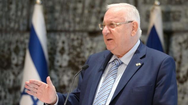رئيس الدولة رؤوفين ريفلين خلال حفل استضاف فيه السفراء الإسرائيليين لدى الدول الأروربية، في مقر إقامة رئيس الدولة في القدس، 1 يناير، 2017. (Mark Neyman/GPO)