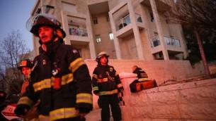 رجال اطفاء امام شقة قتل فيها 5 اشخاص بحريق، في القدس، 1 يناير 2017 (Yonatan Sindel/Flash90)