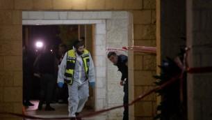 الشرطة وعناصر الانقاذ في ساحة حادث حيث قُتلت امرأة واربع طفلات في حريق داخل شقة، فيما يشتبه انه عملية قتل وانتحار، 1 يناير 2017 (Yonatan Sindel/Flash90)