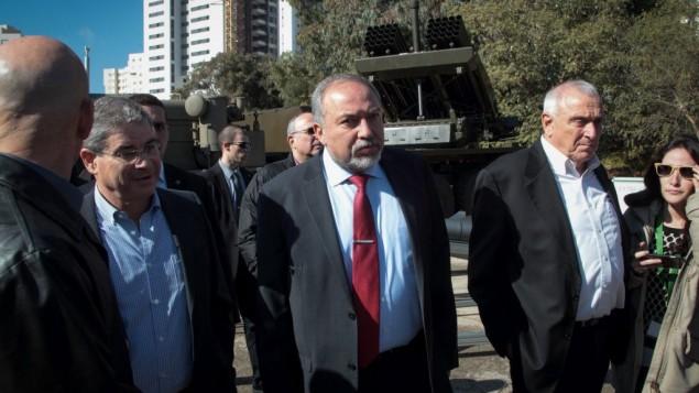 وزير الدفاع افيغادور ليبرمان خلال جولة في مصنع عسكري، 4 يناير 2017 (Roy Alima/Flash90)