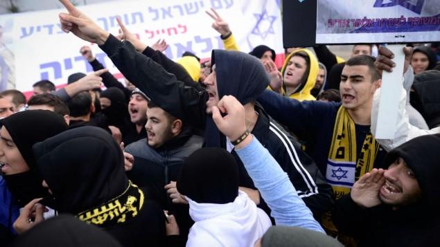مناصرون لإيلور عزاريا أمام قاعة المحكمة في تل أبيب، 4 يناير، 2017. ( Tomer Neuberg/Flash90)