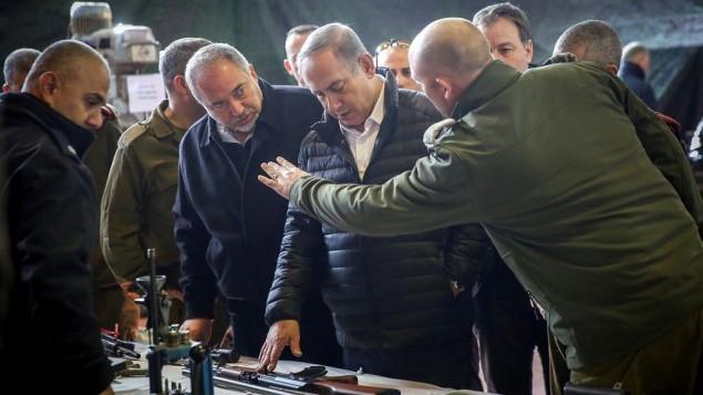 رئيس الوزراء بنيامين نتنياهو ووزير الدفاع افيغادور ليبرمان خلال زيارة لمقر وحدة يهودا والسامرة في الجيش الإسرائيلي، بالقرب من مستوطنة بيت ايل في الضفة الغربية، 10 يناير 2017 (Hadas Parush/Flash90)