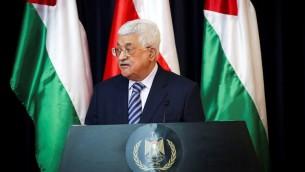 الرئيس الفلسطيني محمود عباس خلال مؤتمر صحفي مشترك مع الرئيس البولندي أندجي دودا في بيت لحم، 18 يناير 2017 (Wisam Hashlamoun/Flash90)