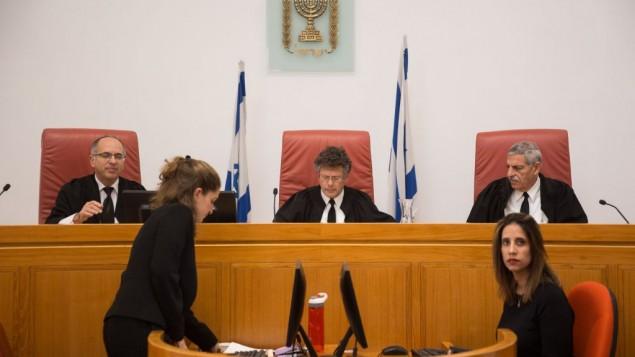 القضاة في المحكمة العليا عند بداية البت في الإلتماس ضد الدولة للمطالبة في تسليم جثة أبو القيعان لذويه، 23 فبراير، 2017. (Hadas Parush/Flash90)
