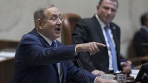 رئيس الوزراء بينيامين نتنياهو يخاطب أعضاء الكنيست خلال جلسة توجيه الأسئلة السنوية في الكنيست، 25 يناير، 2017. (Yonatan Sindel/FLASH90)