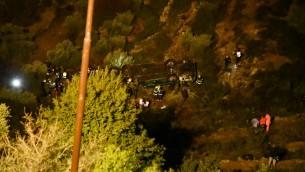 طواقم انقاذ وقوات امن اسرائيلية في ساحة تدحرج حافلة في وادي بالقرب من مستوطنة معاليه لفونا في الضفة الغربية، 27 يناير 2017 (Moshe Mizrachi/Flash90)