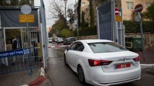 الشرطة تصل إلى مكتب رئيس الوزراء في القدس في 27 يناير، للتحقيق مع بينيامين نتنياهو للمرة الثالثة في قضيتي فساد. (Yonatan Sindel/Flash90)