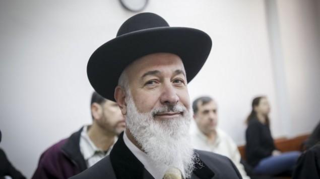 الحاخام الأكبر السابق يونا ميتسغر في المحكمة المركزية في القدس، الإثنين، 30 يناير، 2017. (Yonatan Sindel/Flash90)