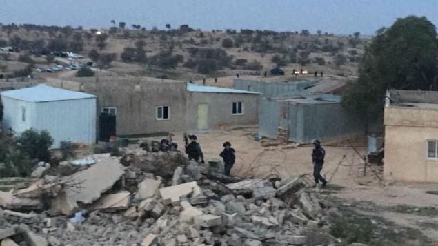 قوات الشرطة الإسرائيلية خلال عمليات هدم في قرية أم الحيران البدوية التي أدت إلى اندلاع مواجهات عنيفة، أسفرت عن مقتل شخصين على الأقل، 18 يناير، 2017. (Courtesy/Arab Joint List)