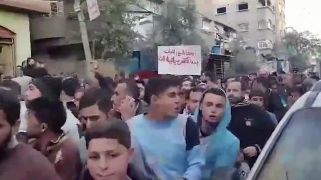 لقطة شاشة لتظاهرة حاشدة في جباليا، غزة، في 12 يناير، 2017، احتجاجا على انقطاع التيار الكهربائي المتكرر في منتصف فصل الشتاء. (credit: Twitter)
