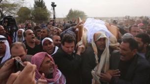 رئيس حزب 'القائمة (العربية) المشتركة' يحمل نعش يعقوب موسى أبو القيعان، خلال جنازته التي أقيمت مراسهما في 24 يناير، 2017، بالقرب من قرية أم الحيران. (المتحدث بإسم 'القائمة المشتركة')