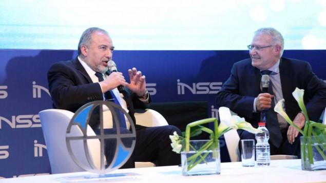 وزير الدفاع أفيغدور ليبرمان، من اليسار، في مؤتمر 'معهد دراسات الأمن القومي' في تل أبيب، 24 يناير، 2017. (Hen Galili)