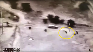 صورة شاشة من فيديو اصدرته الشرطة يبدو انه يظهر شرطي يطلق النار على مركبة قبل اصطدامها بعناصر الشرطة، في قرية ام الحيران غير المعترف بها في النقب (screenshot)