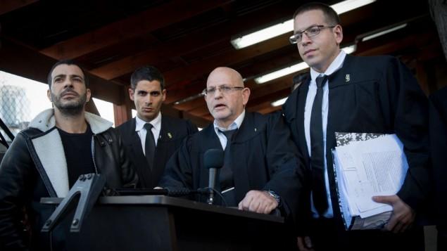 محامو دفاع عزاريا ووالده في المحكمة العسكرية بيافا  بعد الحكم في 4 من يناير 2017