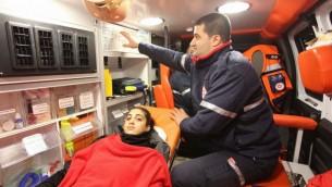 رواء منصور، الشابة الإسرائيلية التي اصيبت في هجوم اطلاق نار بنادي ليلي في اسطنبول اثناء احتفالات رأس السنة، تُنقل الى مستشفى مئير في كفار سابا، 1 يناير 2017 (MDA)