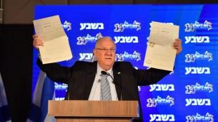 الرئيس رؤوفن ريفلين يعرض صك فلسطيني لارض اشتراها في الضفة الغربية خلال خطاب في القدس، 13 فبراير 2017 (Israel Bardugo)