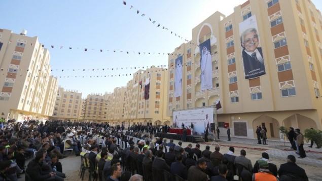 فلسطينيون يشاركون في افتتاح مشروع الشيخ حمد السكني في مدينة خان يونس جنوبي قطاع غزة، 16 يناير، 2016. (AFP/Mahmud Hams)