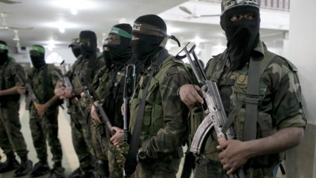 أعضاء من حركة حماس خلال جنازة في جنوب قطاع غزة، 4 مارس، 2016. (AFP/SAID KHATIB)