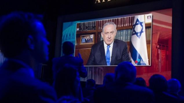 رئيس الوزراء بينيامين نتنياهو في كلمة عبر الأقمار الإصطناعية خلال مؤتمر لجنة الشؤون العامة الأمريكية الإسرائيلية لعام 2016 في مركز واشنطن للمؤتمرات في العاصمة الأمريكية واشنطن، 22 مارس، 2016. (AFP / SAUL LOEB)