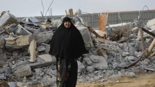 امرأة بدوية تندب هدم منزلها في قرية أم الحيران بالنقب 18 يناير 2017 (AFP/Menahem Kahana)