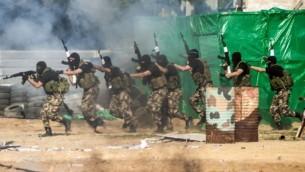 عناصر قوى الأمن التابعة لحركة حماس في محاكاة لمداهمة على ثكنة عسكرية إسرائيلية خلال حفل تخرج في قطاع غزة، 22 يناير، 2017. (AFP PHOTO / MAHMUD HAMS)