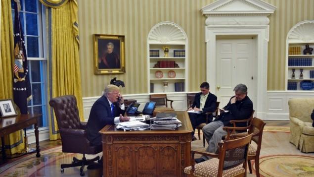 الرئيس الاميركي دونالد ترامب خلال مكالمة هاتفية  مع رئيس الوزراء الاسترالي مالكولم تورنبول في البيت الابيض، 28 يناير 2017 (AFP/Mandel Ngan)