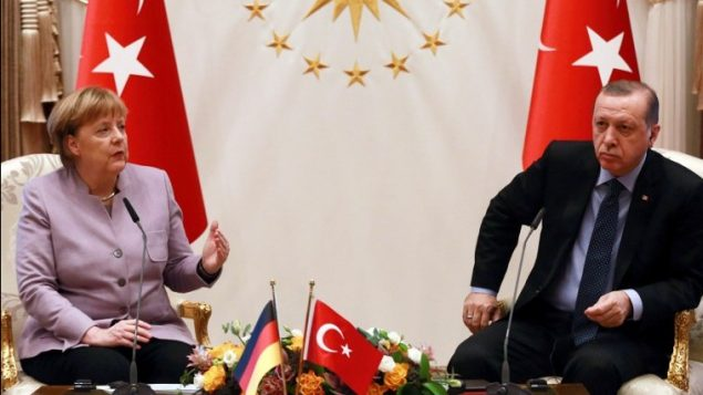 الرئيس التركي رجب طيب اردوغان والمستشارة الالمانية انغيلا ميركل خلال لقائهما في القصر الرئاسي في انقرة، 2 فبراير 2017 (ADEM ALTAN / AFP)