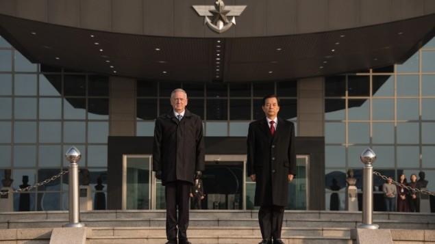 وزير الدفاع الأميركي جيمس ماتيس مع نظيره الكوري الجنوبي هان مين كو في سيول، 3 فبراير 2017 (ED JONES / AFP)