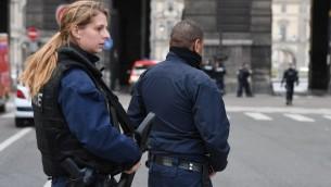 عناصر شرطة فرنسية يجرون دوريات في محيط متحف اللوفر بعد مقتل شخص حاول طعن عشكري في المنطقة، 3 فبراير 2017 (AFP PHOTO / ALAIN JOCARD)