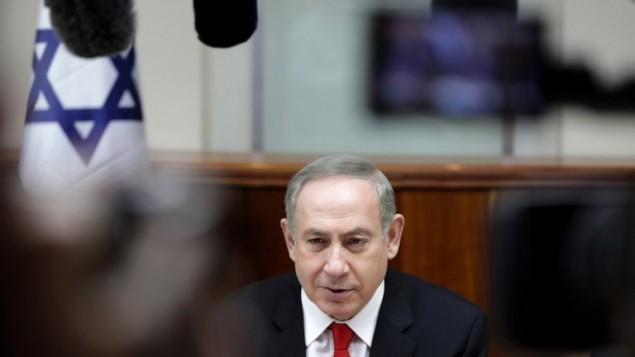 رئيس الوزراء بينيامين نتنياهو يترأس الجلسة الأسبوعية للحكومة في القدس، 5 فبراير، 2017. (AFP/AP and pool/Dan Balilty)