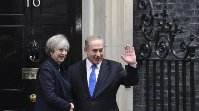 رئيسة الوزراء البريطانية تيريزا ماي (من اليسار) تصافح نظيرها الإسرائيلي بينيامين نتنياهو بعد وصول نتنياهو إلى اجتماع معها في شارع داونينغ 10 وسط لندن، 6 فبراير، 2017. (AFP PHOTO / Chris J Ratcliffe)