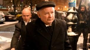 زعيم حزب المحافظين الوطني الحاكم في بولندا ياروسلاف كاتشينسكي قبل لقائه بالمستشارة الالمانية انغيلا ميركل في وارسو، 7 فبراير 2017 (JANEK SKARZYNSKI / AFP)