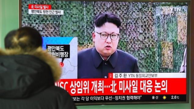 الزعيم الكوري الشمالي كيم جونغ اون لعى شاشاة تلفزيون في محطة قطار في سيول، 12 فبراير 2017 (JUNG YEON-JE / AFP)