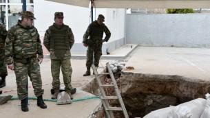 عناصر الجيش اليوناني اثناء عملية لتفكيك قنبلة تعود الى الحرب العالمية الثانية عثر عليها مؤخرا في سالونيكي شمال اليونان، 12 فبراير 2017 (SAKIS MITROLIDIS / AFP)