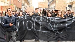 متظاهرون يجملون لافتة خلال مظاهرة دعم لشاب اسود فرنسي يفترض انه تعرض لاغتصاب من قبل عناصر شرطة، في بوردو، 12 فبراير 2017 (MEHDI FEDOUACH / AFP)