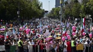 الالف المكسيكيون يشاركون في مسيرة ضد الرئيس الامريكي دونالد ترامب في العاصمة مكسيكو، 12 فبراير 2017 (RONALDO SCHEMIDT / AFP)