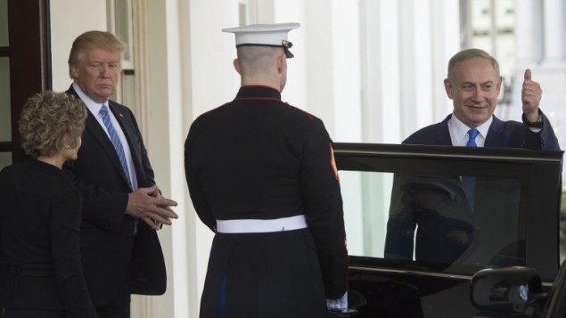 رئيس الوزراء بنيامين نتنياهو مع الرئيس الامريكي دونالد ترامب بعد لقائهما في البيت الابيض، 15 فبراير 2017 (AFP/Saul Loeb)