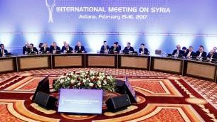 وفدا النظام السوري وفصائل المعارضة خلال الجبسة الثانية حول سوريا في استانا، 16 فبراير 2017 (STANISLAV FILIPPOV / AFP)