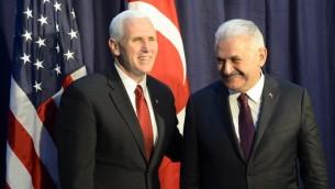 نائب الرئيس الاميركي مايك بنس مع رئيس الوزراء التركي بن علي يلديريم خلال مؤتمر الامن في ميونيخ، 18 فبراير 2017 (THOMAS KIENZLE / AFP)