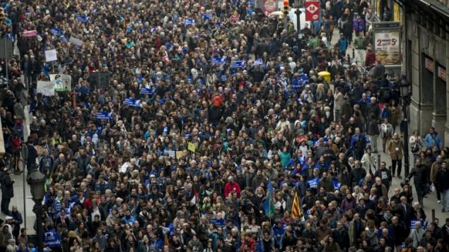 عشرات الاف المتظاهرين في مدينة برشلونة للمطالبة بان تستقبل اسبانيا لاجئين كما تعهدت في 2015، 18 فبراير 2017 (JOSEP LAGO / AFP)