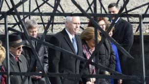 نائب الرئيس الاميركي مايك بنس خلال زيارة الى معسكر داشاو النازي في المانيا، 19 فبراير 2017 (THOMAS KIENZLE / AFP)