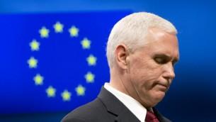نائب الرئيس الاميركي مايك بنس خلال خطاب امام المفوضية الاوروبية الاوروبية في بروكسل، 20 فبراير 2017 (VIRGINIA MAYO / POOL / AFP)